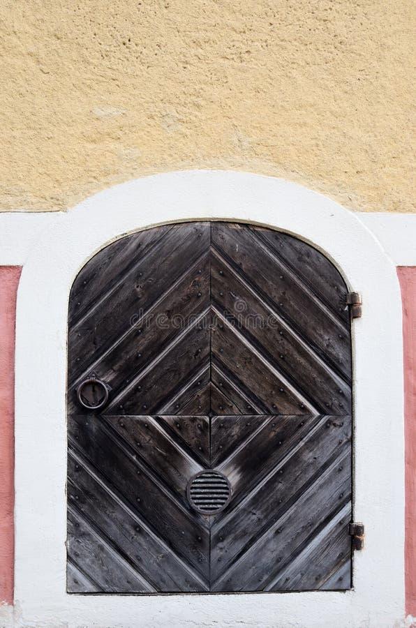 Ξύλινη πόρτα με τις αρθρώσεις και το δαχτυλίδι επεξεργασμένος-σιδήρου στοκ εικόνα