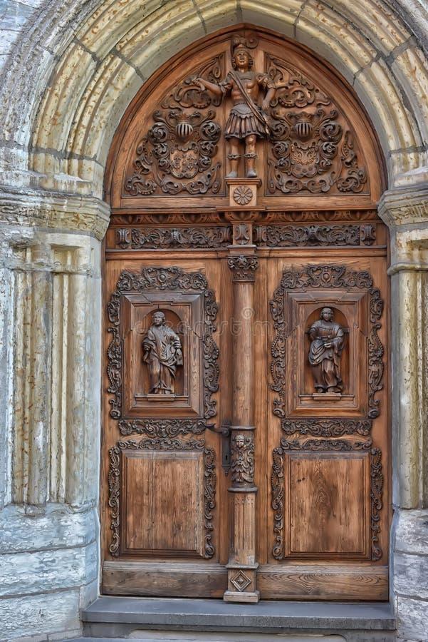 Ξύλινη πόρτα με τους χαρασμένους αριθμούς στοκ φωτογραφίες με δικαίωμα ελεύθερης χρήσης