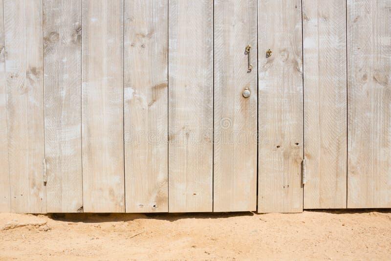 Ξύλινη πόρτα σε μια αμμώδη παραλία Στοκ Φωτογραφία
