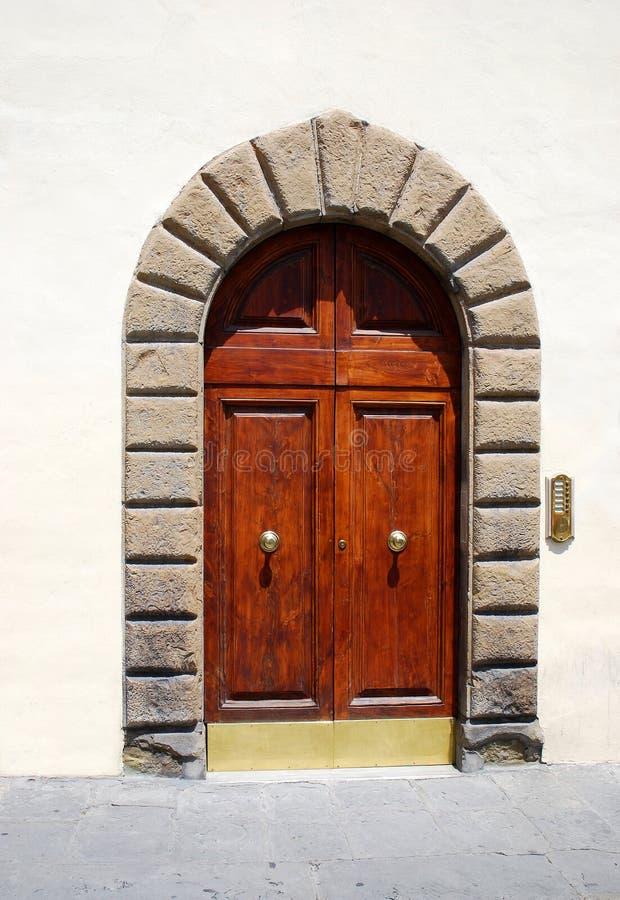 Ξύλινη πόρτα στη Φλωρεντία, Ιταλία στοκ φωτογραφία
