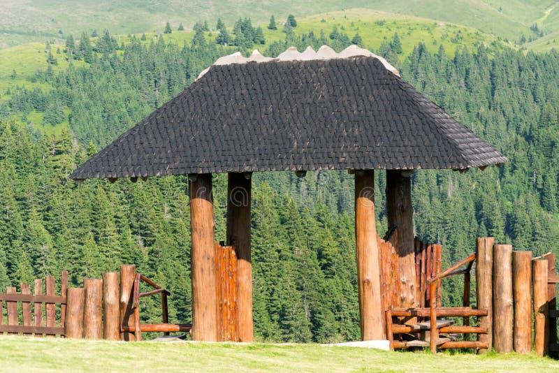Ξύλινη πύλη καλυβών εισόδων στα βουνά στοκ εικόνες