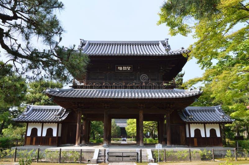 Ξύλινη πύλη του ναού Kenninji, Κιότο Ιαπωνία στοκ εικόνες