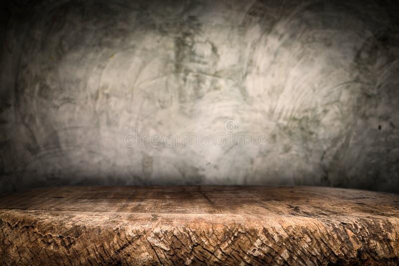 Ξύλινη πλατφόρμα γραφείων και γυαλισμένο υπόβαθρο συγκεκριμένης επιφάνειας στοκ εικόνες με δικαίωμα ελεύθερης χρήσης