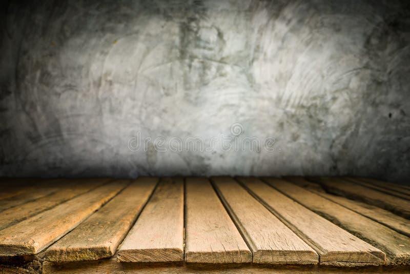 Ξύλινη πλατφόρμα γραφείων και γυαλισμένο υπόβαθρο συγκεκριμένης επιφάνειας στοκ εικόνες