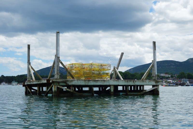 Ξύλινη πλατφόρμα με τις παγίδες αστακών στο κράτος του Μαίην στοκ εικόνα με δικαίωμα ελεύθερης χρήσης