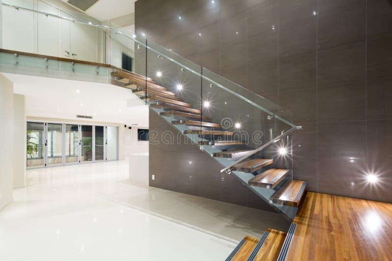 Ξύλινη σκάλα στο σύγχρονο σπίτι στοκ φωτογραφίες