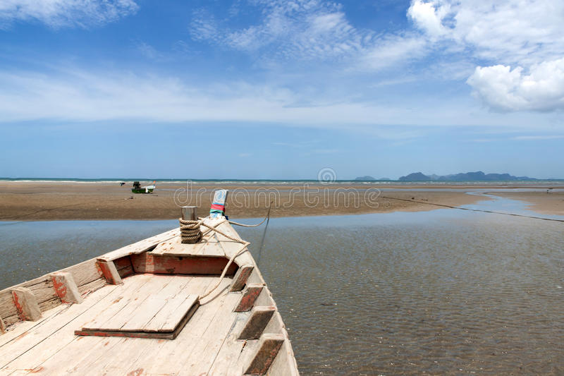 Ξύλινη τοπική αλιεία βαρκών σε μια πρόσδεση στοκ εικόνες