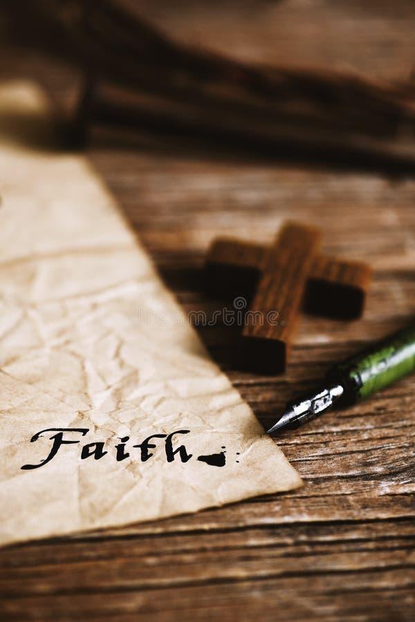 Ξύλινη χριστιανική πίστη σταυρών και λέξης στοκ φωτογραφία με δικαίωμα ελεύθερης χρήσης