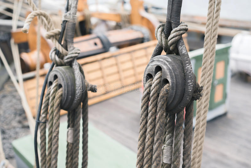 Ξύλινη sailboat λεπτομέρεια τροχαλιών και σχοινιών στοκ εικόνες