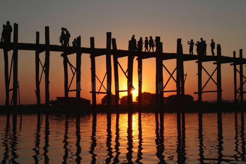 Ξύλινοι γέφυρα και άνθρωποι στο ηλιοβασίλεμα στοκ φωτογραφία με δικαίωμα ελεύθερης χρήσης