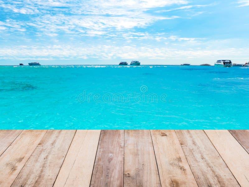 Ξύλινοι πάτωμα, παραλία και μπλε ουρανός στοκ φωτογραφίες