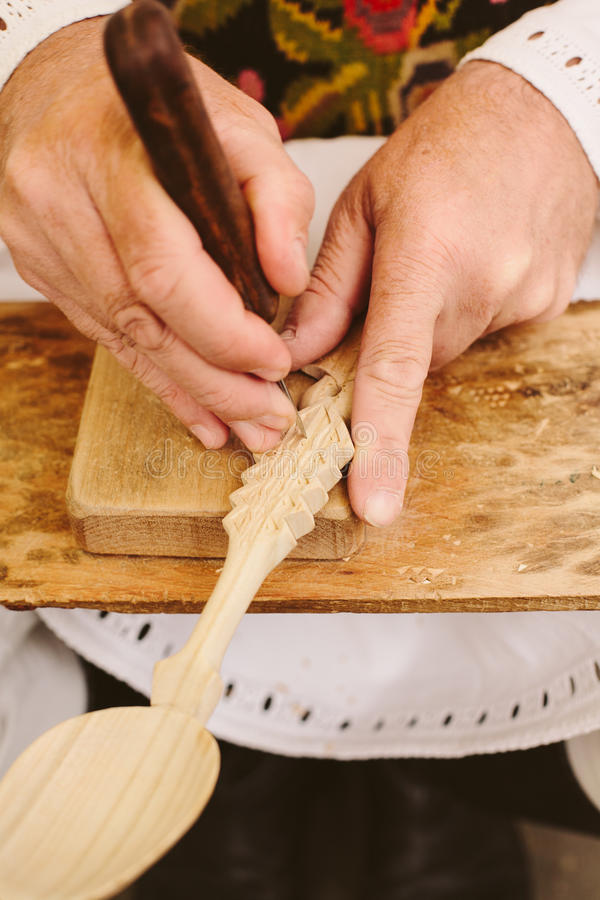 ξύλινοι χαράζοντας sculpting ρουμανικοί βιοτέχνες κουταλιών στοκ εικόνα με δικαίωμα ελεύθερης χρήσης