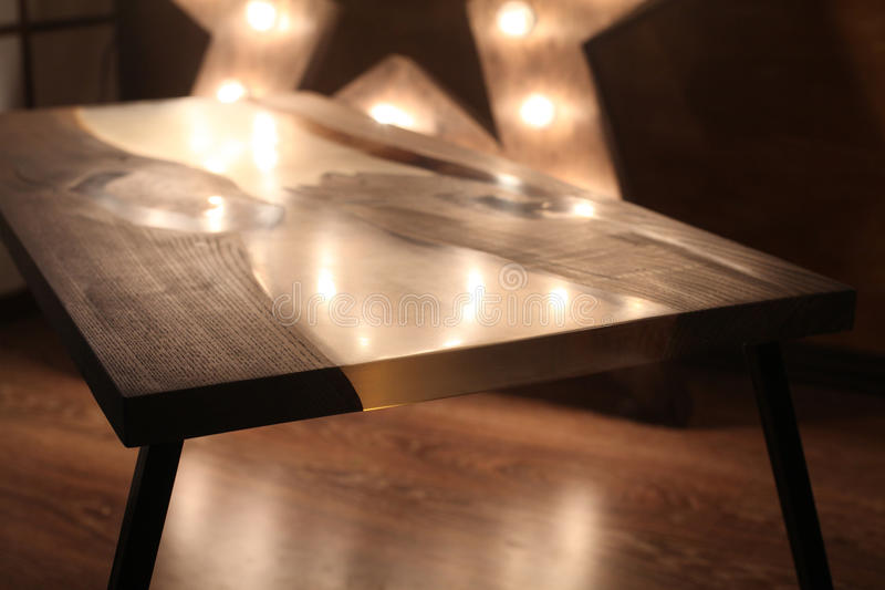 Ξύλινος και εποξικός πίνακας με το λαμπτήρα αστεριών στο ξύλινο εσωτερικό στοκ εικόνα