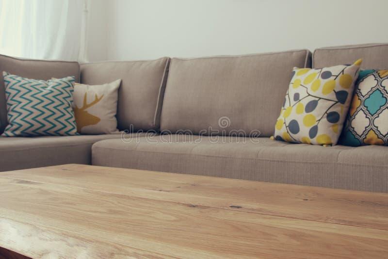 Ξύλινος κενός πίνακας μπροστά από το εσωτερικό καναπέδων καθιστικών στοκ φωτογραφίες