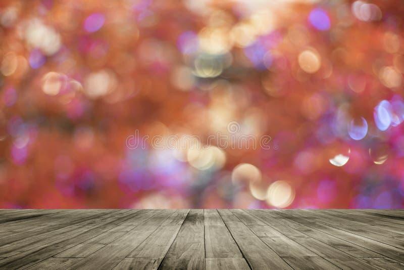 Ξύλινος κενός πίνακας πινάκων μπροστά από το ζωηρόχρωμο θολωμένο υπόβαθρο Καφετί ξύλο προοπτικής πέρα από το φως bokeh στοκ φωτογραφία με δικαίωμα ελεύθερης χρήσης