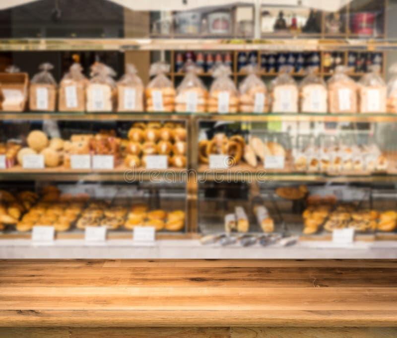 Ξύλινος μετρητής με το υπόβαθρο καταστημάτων αρτοποιείων στοκ φωτογραφίες