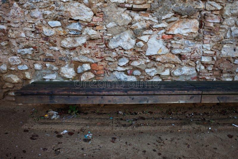 Ξύλινος πάγκος στο μεσαιωνικό πέτρινο τοίχο στοκ εικόνες με δικαίωμα ελεύθερης χρήσης
