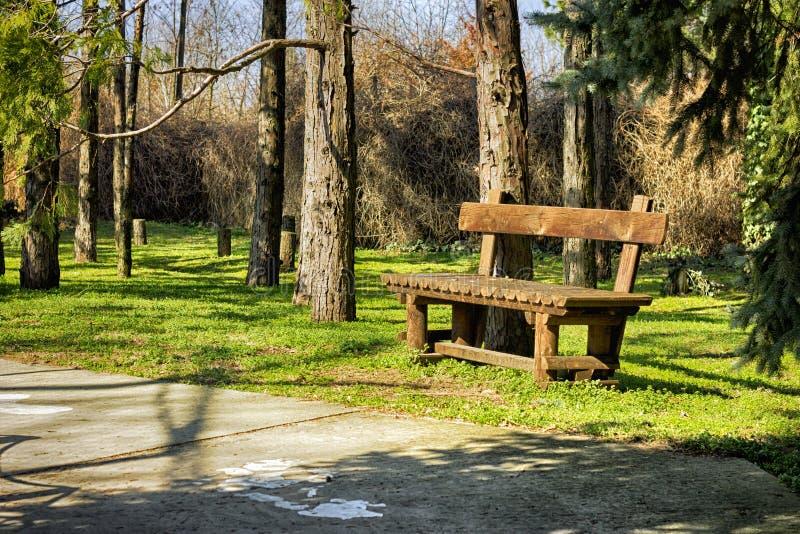 Ξύλινος πάγκος στο πάρκο στοκ φωτογραφίες