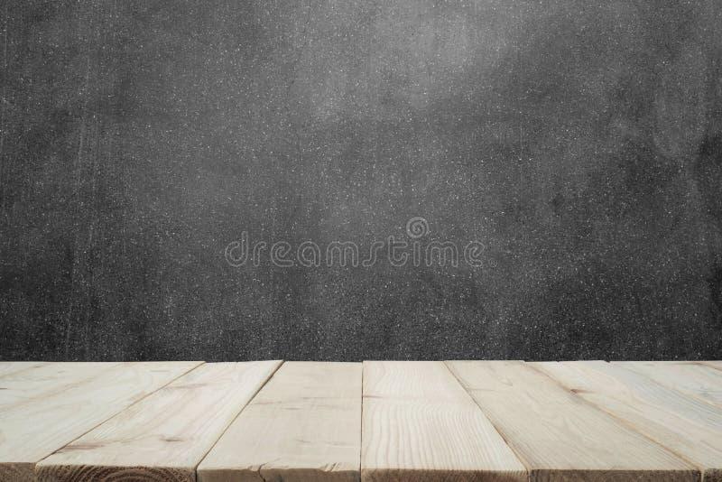 Ξύλινος πίνακας ή ξύλινες σανίδες με το συμπαγή τοίχο ή το μαρμάρινο τοίχο για το υπόβαθρο στοκ εικόνα με δικαίωμα ελεύθερης χρήσης