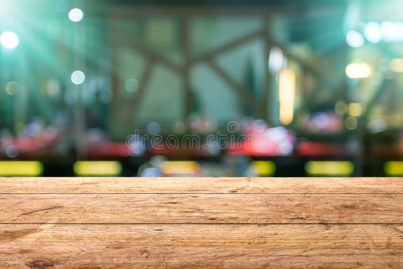 Ξύλινος πίνακας με το θολωμένο μπύρα υπόβαθρο φραγμών στοκ εικόνα με δικαίωμα ελεύθερης χρήσης