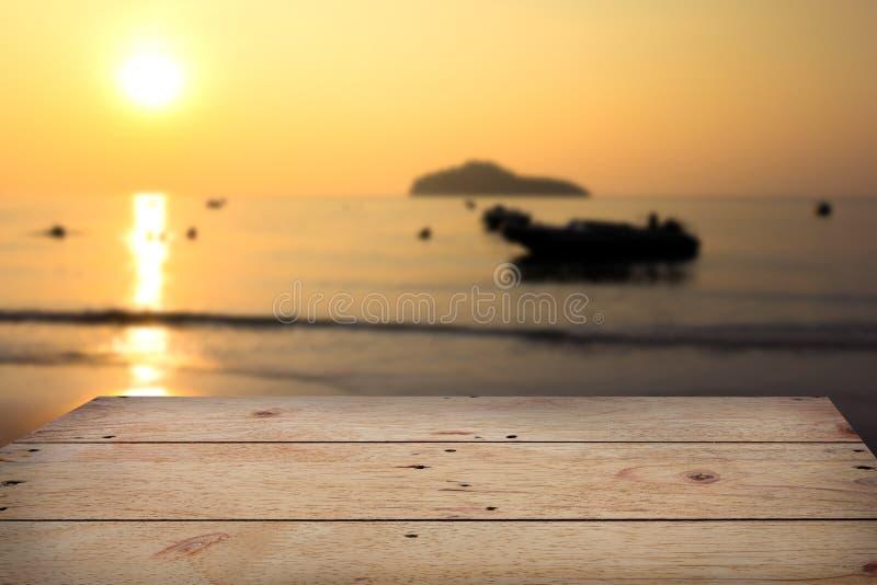 Ξύλινος πίνακας με το μουτζουρωμένο υπόβαθρο άποψης θάλασσας στοκ εικόνα