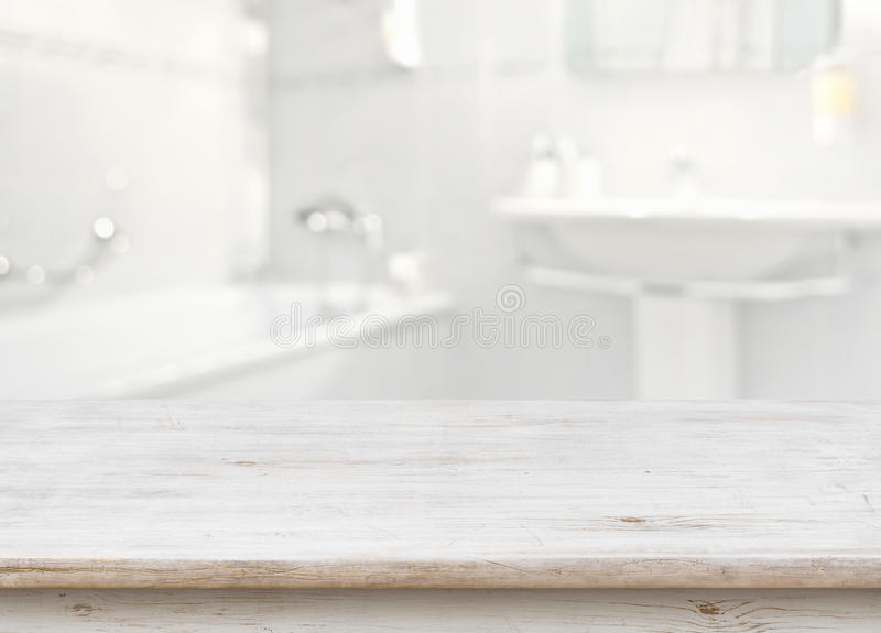 Ξύλινος πίνακας μπροστά από το θολωμένο εσωτερικό λουτρών ως υπόβαθρο στοκ εικόνες