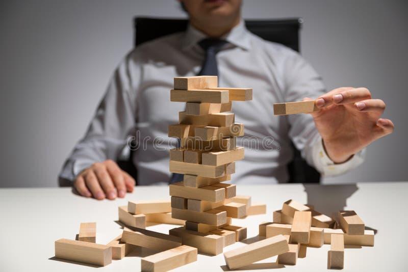 Ξύλινος πίνακας φραγμών επιχειρηματιών στοκ εικόνες