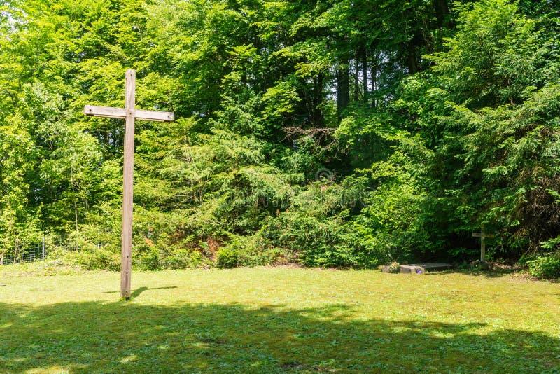 Ξύλινος σταυρός στο δασικό νεκροταφείο θρησκευτικό χριστιανικό ST νεκροταφείων στοκ φωτογραφία με δικαίωμα ελεύθερης χρήσης