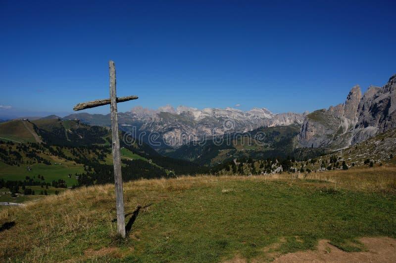 Ξύλινος σταυρός στο οδικό πέρασμα moutain και άποψη στο καταπληκτικό πανόραμα βουνών στοκ φωτογραφία με δικαίωμα ελεύθερης χρήσης