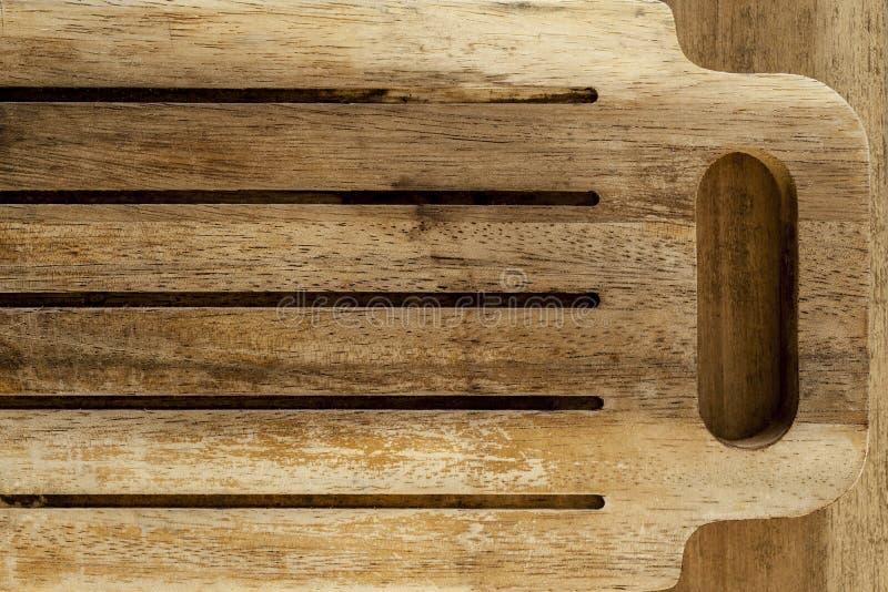 Ξύλινος τέμνων πίνακας με τις αυλακώσεις και τη λαβή στοκ εικόνες