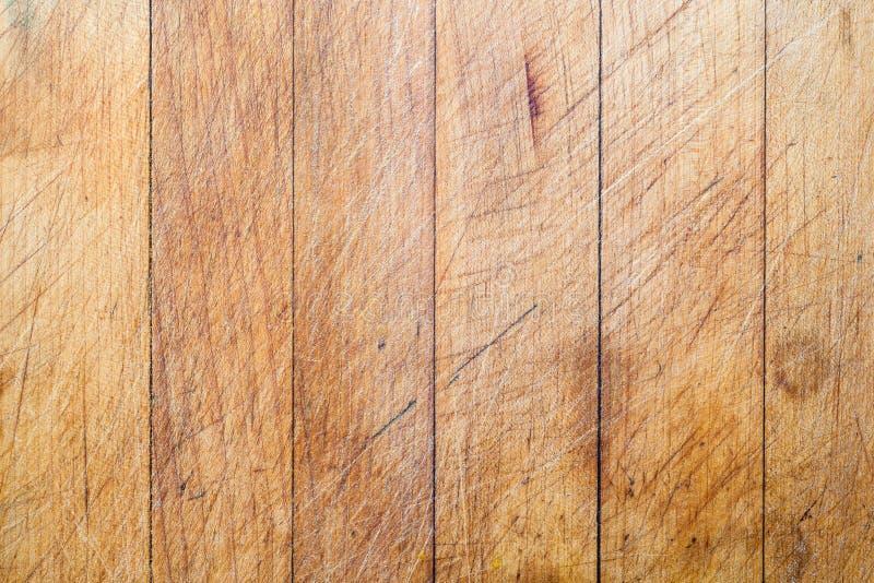 Ξύλινος τέμνων πίνακας με το κάθετο υπόβαθρο γραμμών στοκ εικόνα