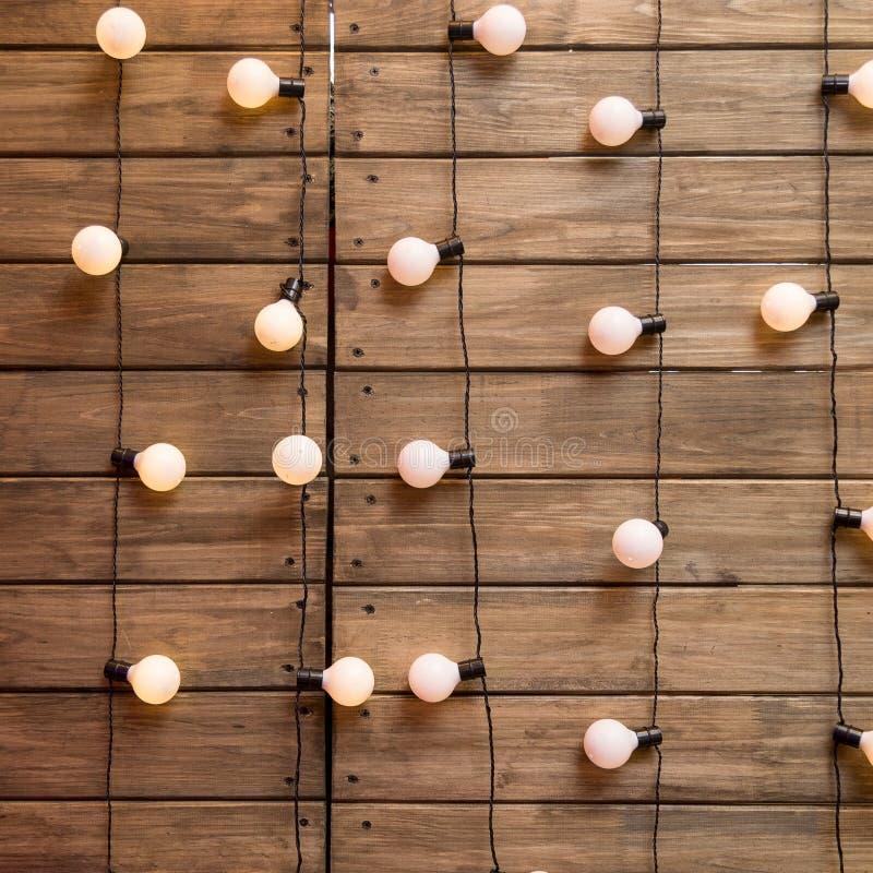 Ξύλινος τοίχος με τη λάμπα φωτός του Edison στοκ εικόνα
