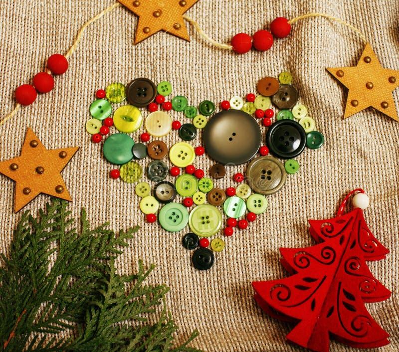 Ξύλινος τρύγος καρτών Χριστουγέννων με τα χειροποίητα δώρα, παιχνίδια, μπισκότο, στοκ εικόνες