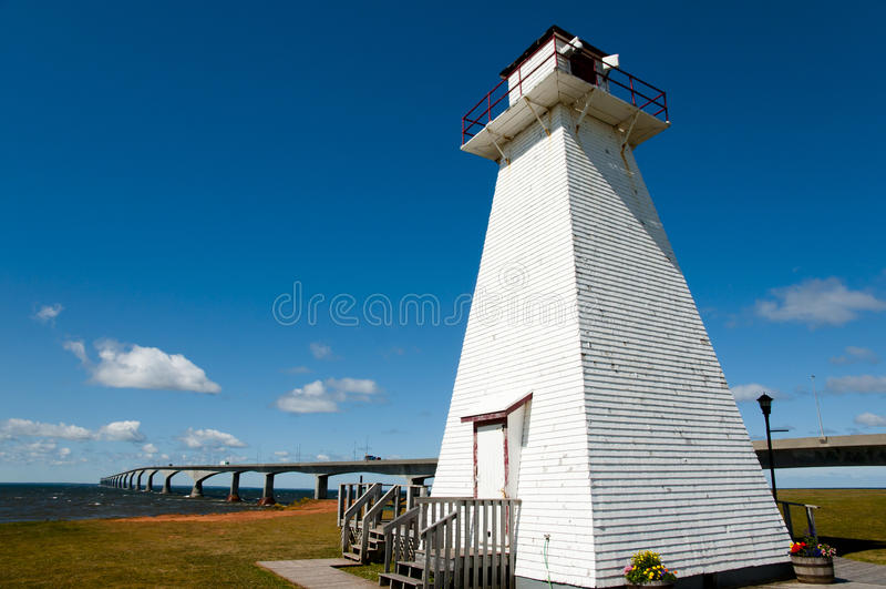 Ξύλινος φάρος στο θαλάσσιο πάρκο ραγών - νησί του Edward πριγκήπων - Καναδάς στοκ φωτογραφίες