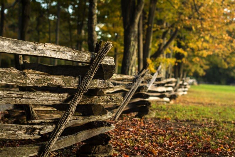 Ξύλινος φράκτης το φθινόπωρο στοκ εικόνες