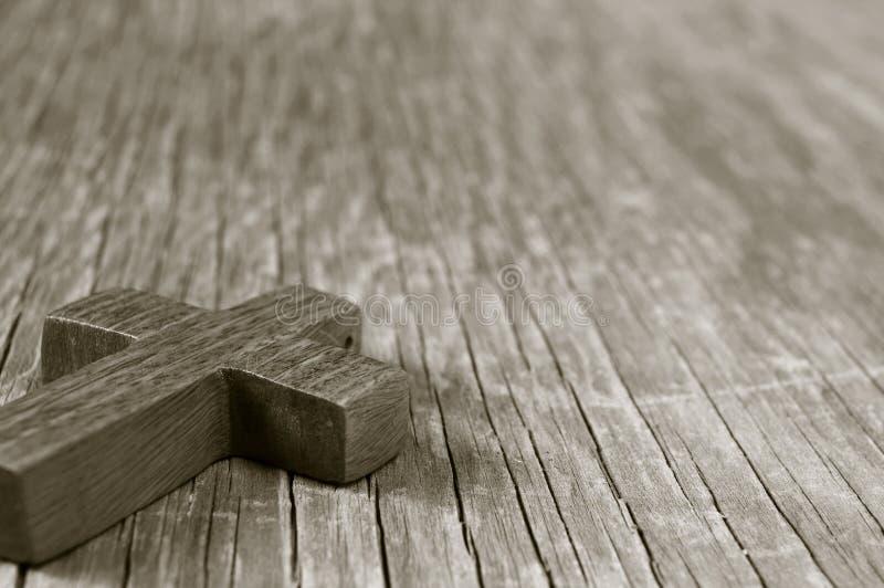 Ξύλινος χριστιανικός σταυρός σε μια αγροτική ξύλινη επιφάνεια, τονισμός σεπιών στοκ εικόνα με δικαίωμα ελεύθερης χρήσης