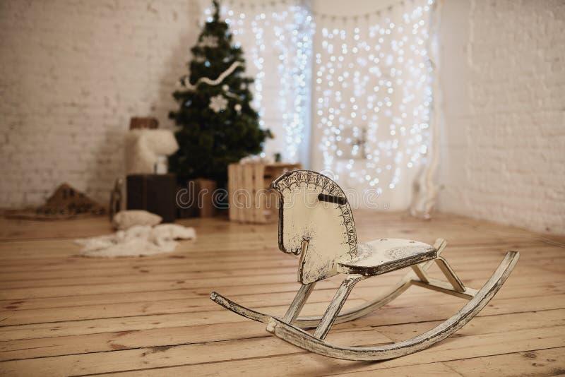 Download Ξύλινο άλογο λικνίσματος διακοσμημένος μέχρι τα Χριστούγεννα στο δωμάτιο Στοκ Εικόνα - εικόνα από παιχνίδι, λίκνισμα: 62704945