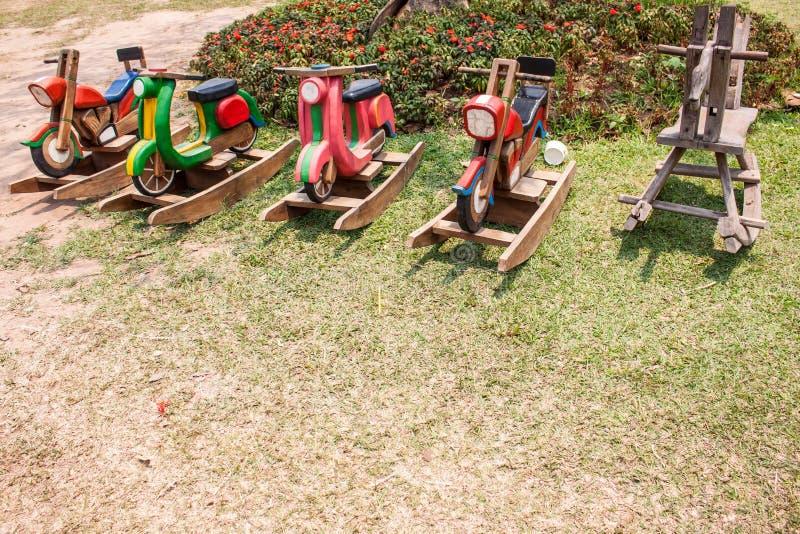 Ξύλινο άλογο στον κήπο στοκ φωτογραφία με δικαίωμα ελεύθερης χρήσης