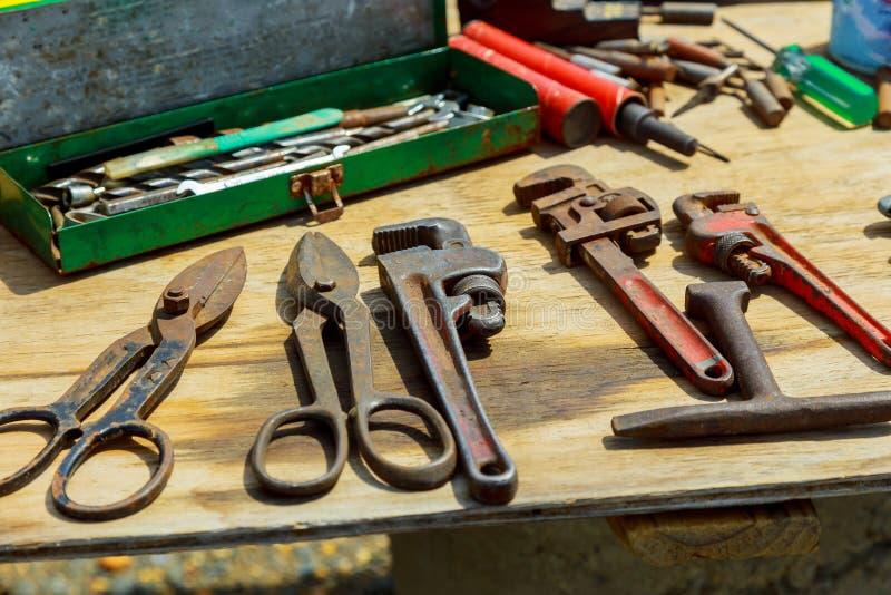 Ξύλινο αγροτικό υπόβαθρο εργαλείων εργασίας Τοπ όψη στοκ φωτογραφίες