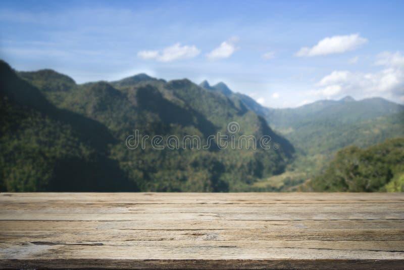 Ξύλινο γραφείο ή πεζούλι στη θέα βουνού στοκ εικόνες