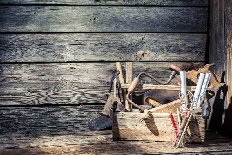 Ξύλινο εκλεκτής ποιότητας γραφείο σχεδίων ξυλουργών στοκ εικόνα