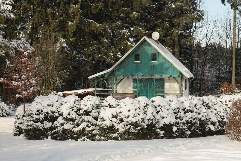 Ξύλινο εξοχικό σπίτι στο δάσος το χειμώνα στοκ φωτογραφίες με δικαίωμα ελεύθερης χρήσης