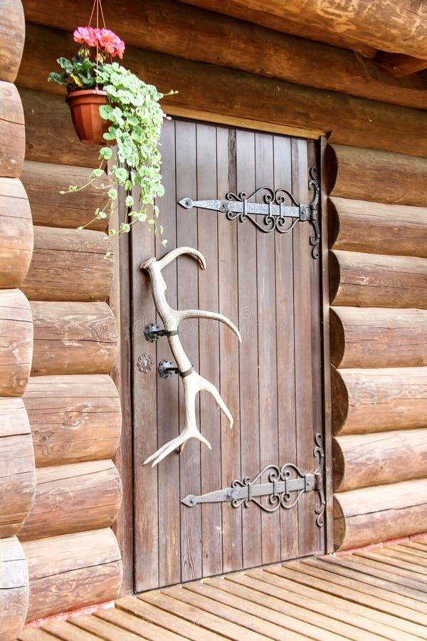 Ξύλινο ελαφόκερας πορτών στοκ εικόνα