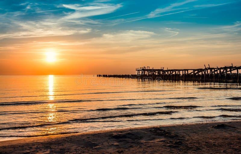 Ξύλινο ηλιοβασίλεμα αποβαθρών στοκ εικόνες με δικαίωμα ελεύθερης χρήσης