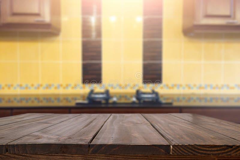 Ξύλινο διάστημα γραφείων και θολωμένος του υποβάθρου κουζινών για το προϊόν δ στοκ εικόνες με δικαίωμα ελεύθερης χρήσης
