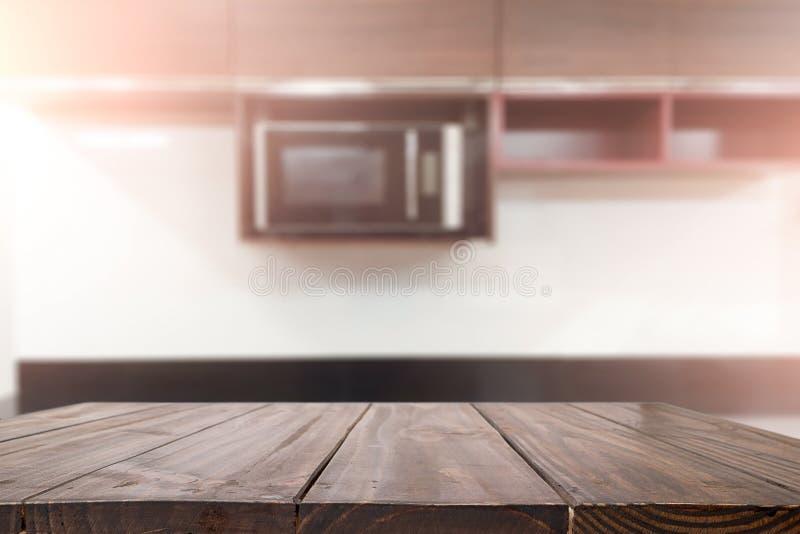 Ξύλινο διάστημα γραφείων και θολωμένος του υποβάθρου κουζινών για το προϊόν δ στοκ φωτογραφίες