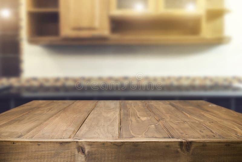 Ξύλινο διάστημα γραφείων και θολωμένος του υποβάθρου κουζινών για το προϊόν δ στοκ φωτογραφία με δικαίωμα ελεύθερης χρήσης
