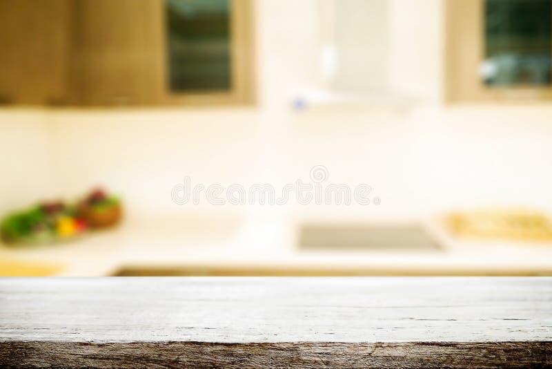 Ξύλινο διάστημα γραφείων και θολωμένος του υποβάθρου κουζινών για το προϊόν δ στοκ εικόνα με δικαίωμα ελεύθερης χρήσης