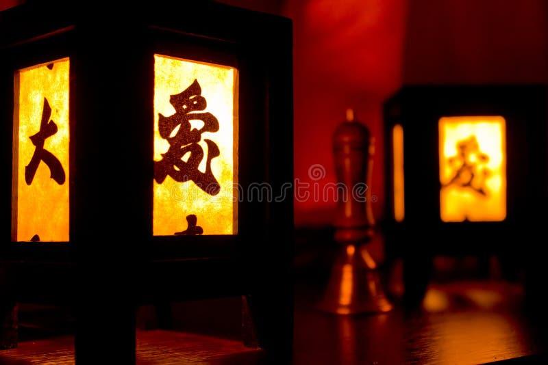 Ξύλινο κινεζικό καίγοντας φανάρι γυαλιού με hieroglyph στοκ εικόνες