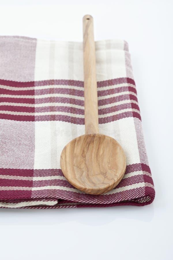Ξύλινο κουτάλι στην πετσέτα στοκ φωτογραφία